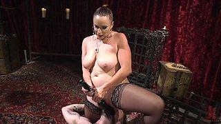 Juggy mistress bella rossi is facesitting sub slave