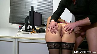 Sexy secretary in glasses Holly Hunter gives awesome blowjob in office