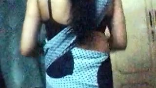 Hot Aunty In Sleeveless Saree