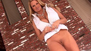 Kelly Madison rubs her pulsating clit for a nice orgasm