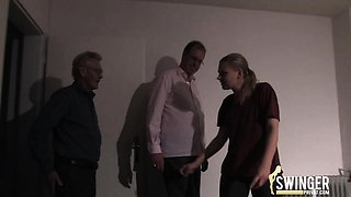 Blonde wird von zwei Arbeitskollegen vernascht